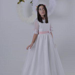 Ali vestido con fajín rosa de comunión