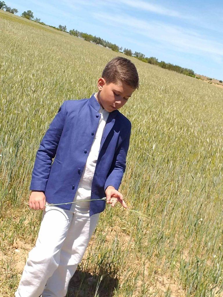 Carlos con su traje chaqueta de lino niño